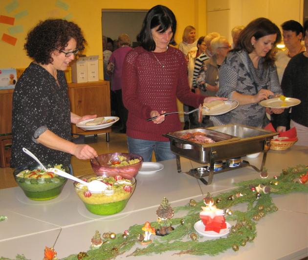 Hier gab es weihnachtliche Klänge, Adventsdeko und leckeres Essen