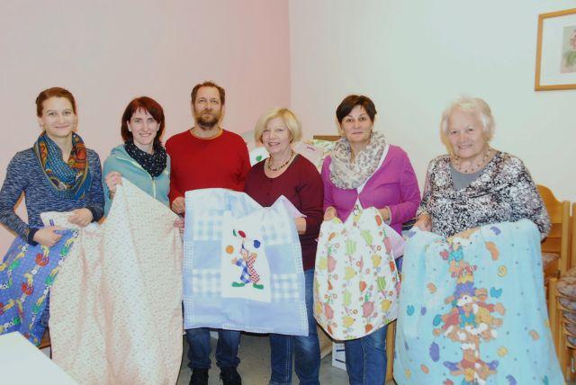 Mini Decken für Flüchtlingskinder genäht