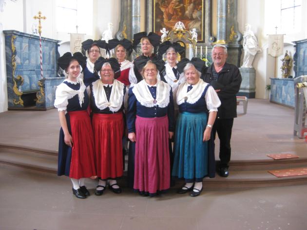 Trachtengruppe mit Herrn Pfarrer Brauchle